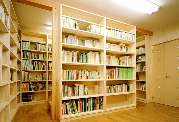木の香りの書庫で本の整理を楽しむ|富山・石川の注文住宅・木造住宅・新築などの外断熱の家づくり。株式会社アキ