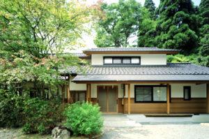 既存樹木の景観を生かした住まい「素足で暮らす家」 富山県