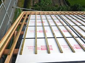 屋根ラインで断熱材を施工