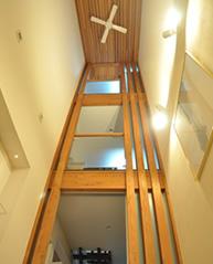 玄関ホールの吹き抜け 木の力強さ、潔さ、そして、生きている力を表現